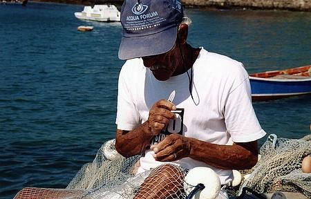 Pescadores cuidam das redes e também levam turistas para passeios em alto-mar