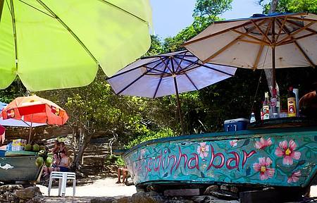 Barco-bar garante bebidas geladas