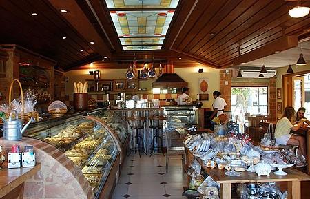 No balcão e nas mesas, pães e bolos artesanais