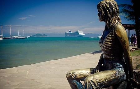 Estátua de Brigitte Bardot contempla paisagem encantadora