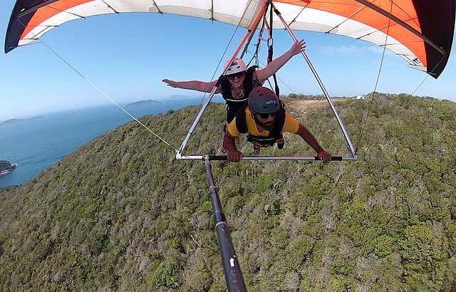 Adrenalina e lindos visuais nos saltos de asa delta