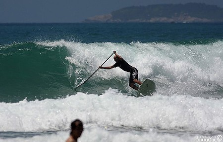 Esporte pode ser praticado também em mar com ondas