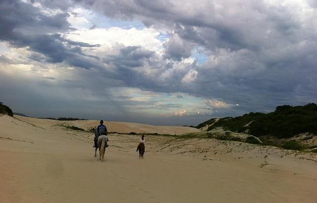 Passeios acontecem também em meio a dunas