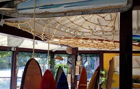 Pranchas decorativas e à venda se espalham na Art in Surf