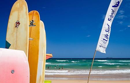 Pranchas podem ser alugadas ao longo da praia