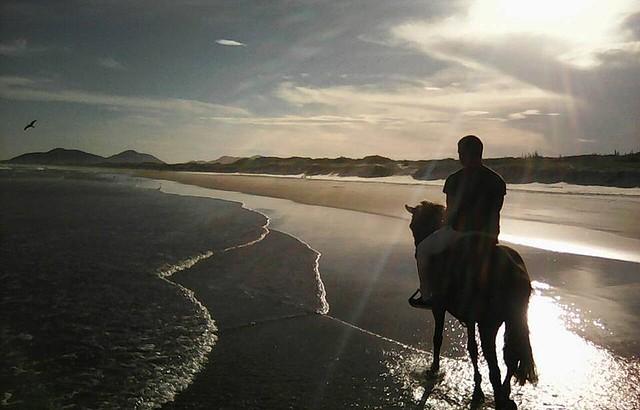 Areia, mar e mata emolduram os cenários