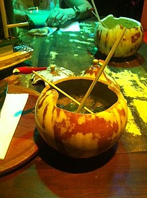 Drinks são servidos em cumbucas