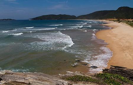 Praia é ponto de pouso dos voos de asa delta e parapente