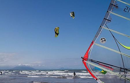 Adeptos do kitesurf e windsurf dividem o espaço e os bons ventos