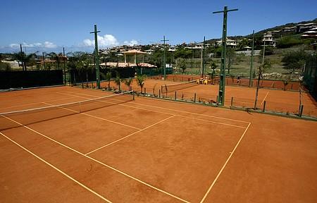 Geribá Tennis Park tem quadras de saibro para adultos e crianças